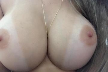Peitos grandes e perfeitos da loira