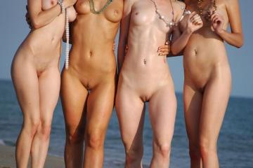 Peladinhas na praia todas depiladinhas