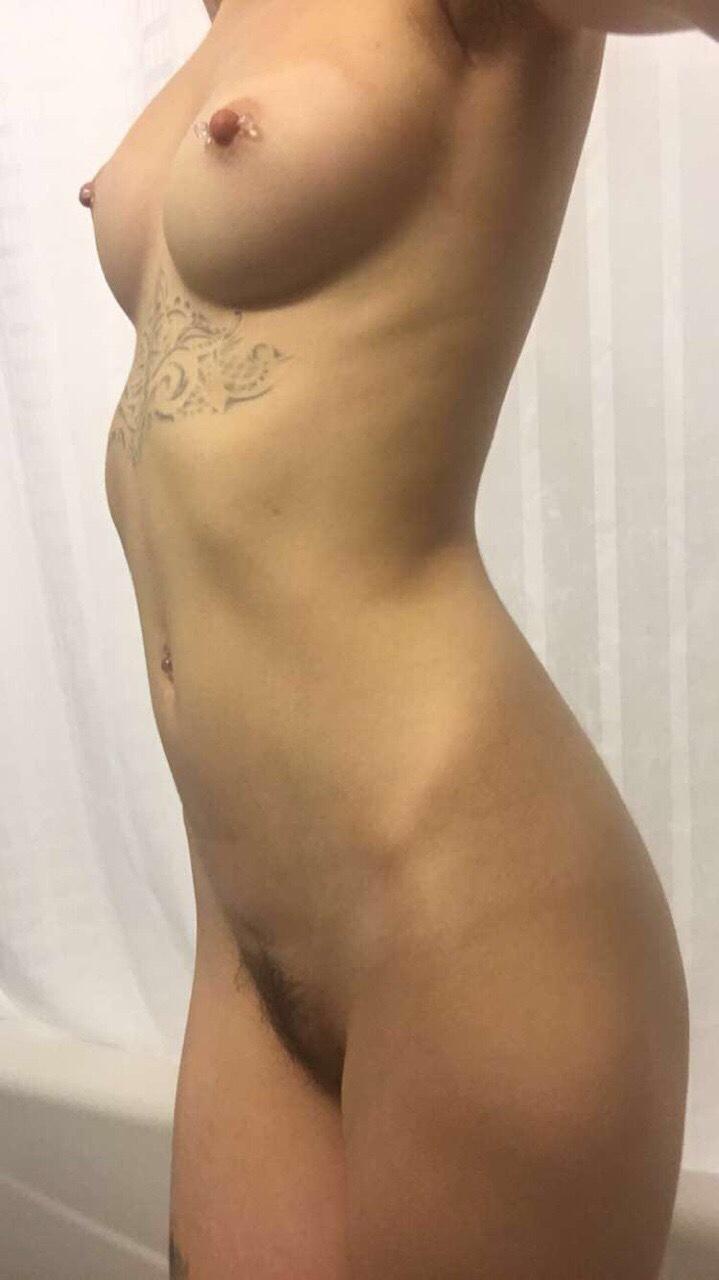 Piercing nos mamilos da novinha magrinha