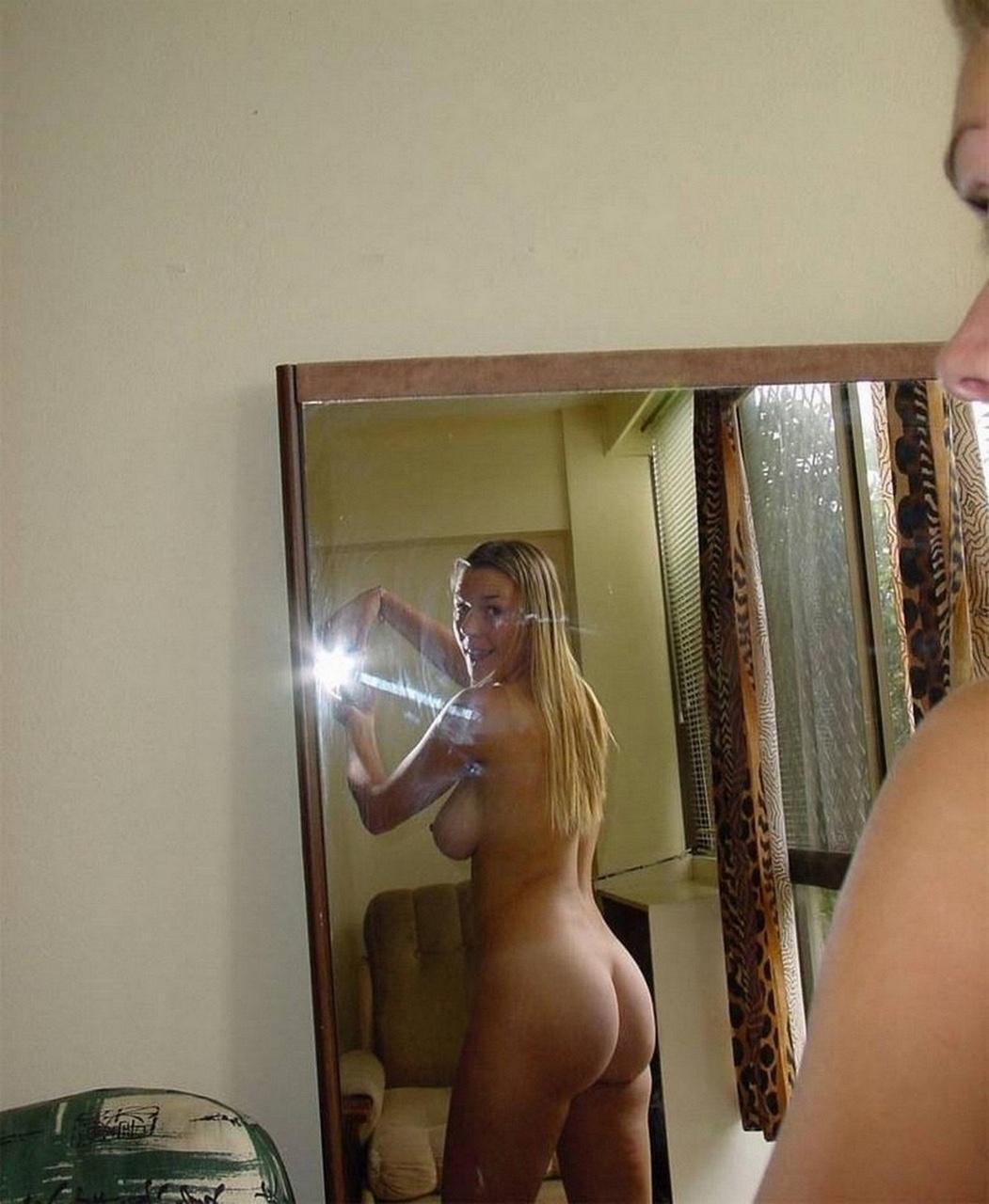 Домашнее фото позируют у зеркала мамочки голых латинок огромными