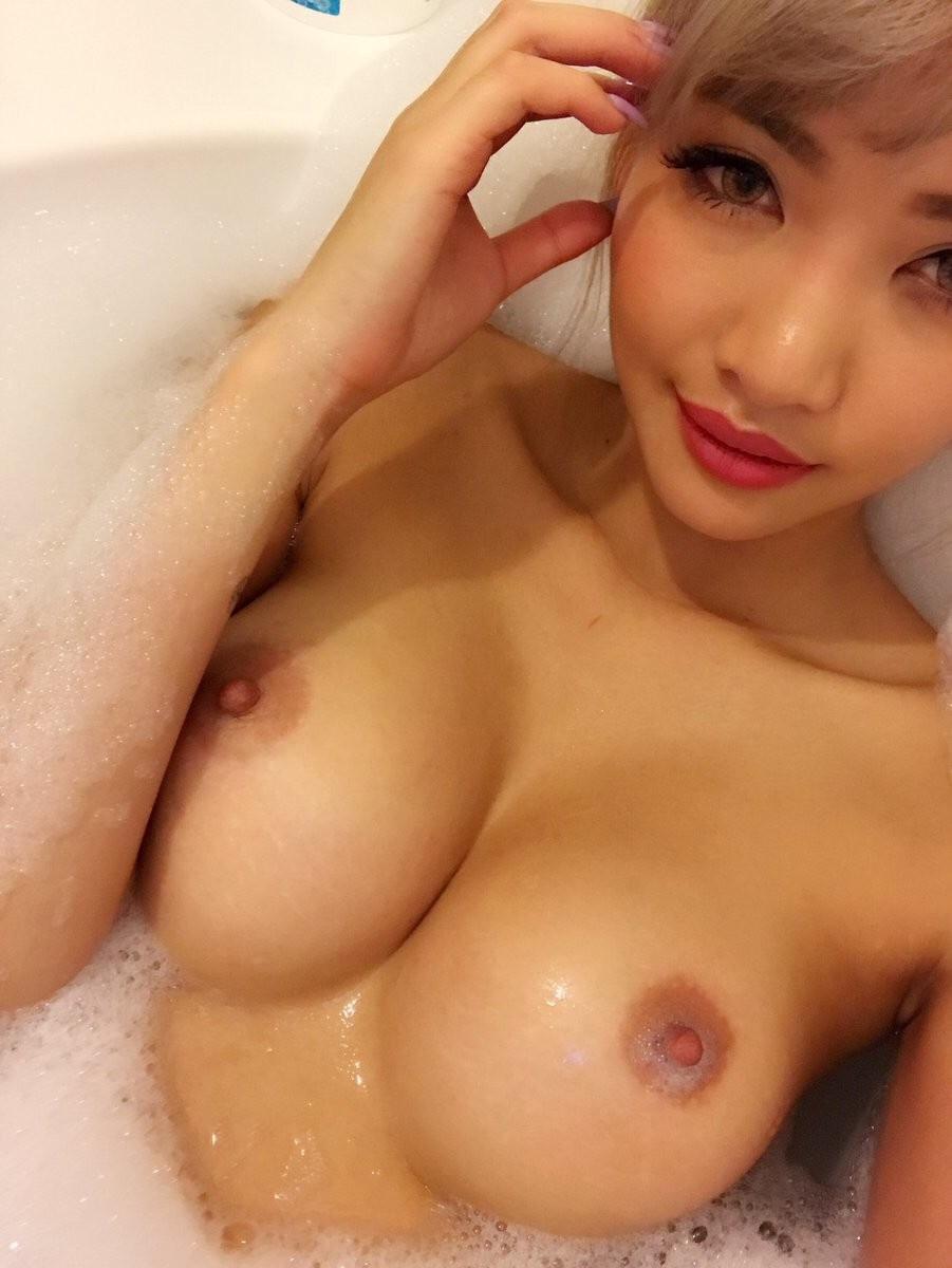Japinha com peitos deliciosos na banheira 1