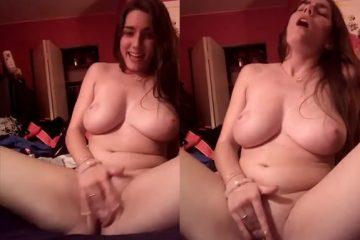 Peituda gostosa se masturbando