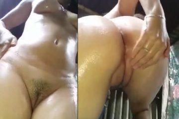 Tetuda safada mostrando o cu no banho