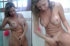 Loirona pelada tomando banho