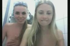 Amigas lesbicas e loiras peladas no banheiro